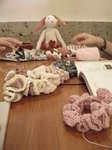 シュシュとうさぎの編みぐるみ
